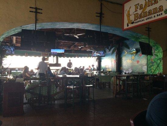 Fajita Banana: Agusto, buen lugar, lo malo es que al ser un lugar abierto, el aire acondicionado no se siente. 