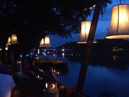 The Good View Bar & Restaurant Chiang Mai : overzicht buiten op terras