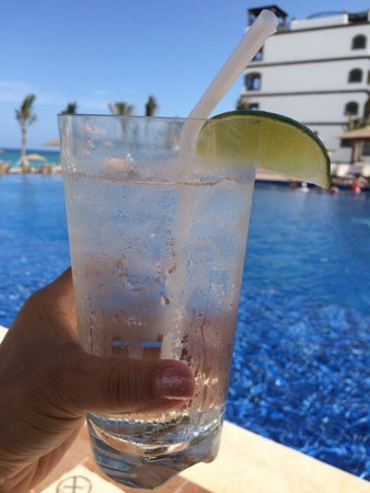 Grand Residences Riviera Cancun : pool side drinks - gin & tonic!!!