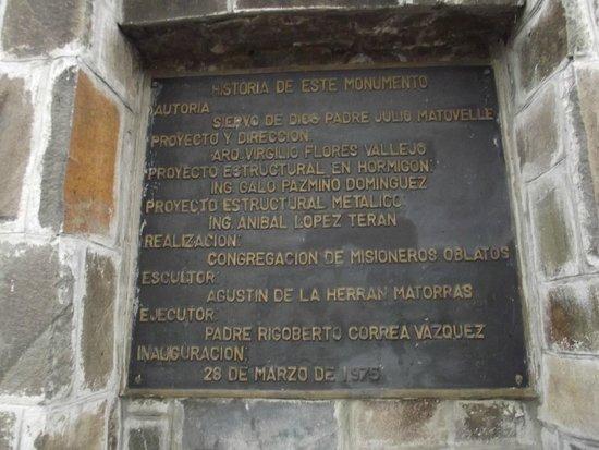La Virgin del Panecillo: Placa comemorativa a inauguração do monumento