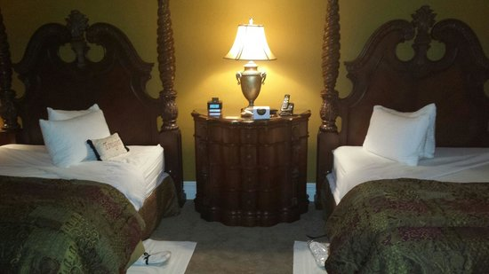 The Inn at Leola Village: Bedroom of Parlor suite