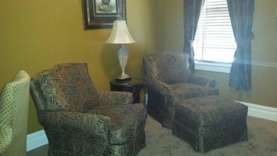 The Inn at Leola Village, Lancaster: Sitting area of Parlor Suite