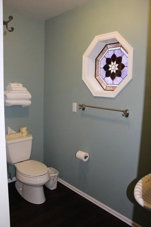 Seaquest Motel : Beautiful stained glass window in the bathroom Room #15