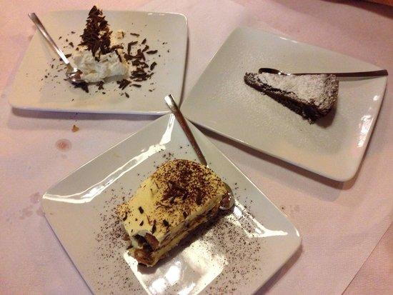 Pizzeria Bavaria: Tris di dolci! Primo premio alla Meringata! Seguono io tiramisù con le banane e torta al cioccol