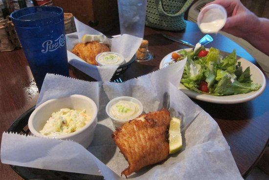 Boots Bar & Grill: Excellent walleye!