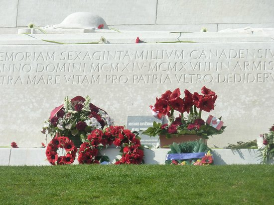 Mémorial de Vimy : People add flowers here