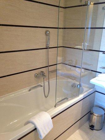 Le Meridien Lav Split: bathtub
