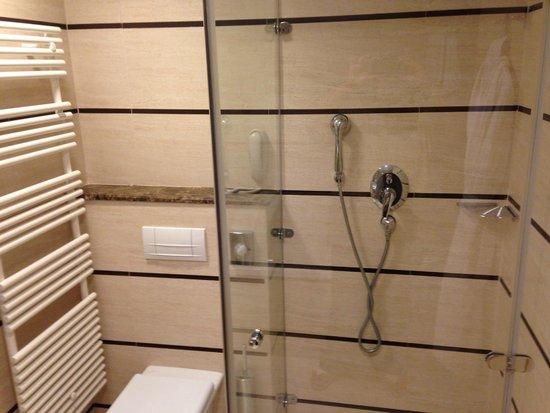 Le Meridien Lav Split: toilet + shower