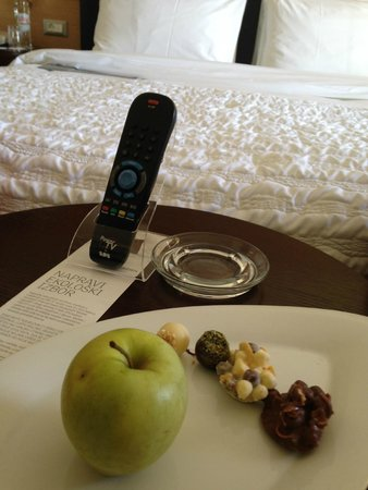 Le Meridien Lav Split: chocolates and an apple a nice touch upon arrival
