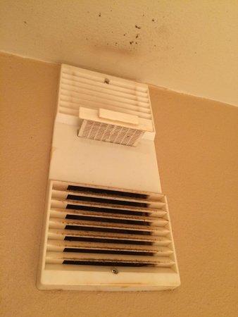 Days Inn & Suites Cincinnati : disgusting fan in bathroom