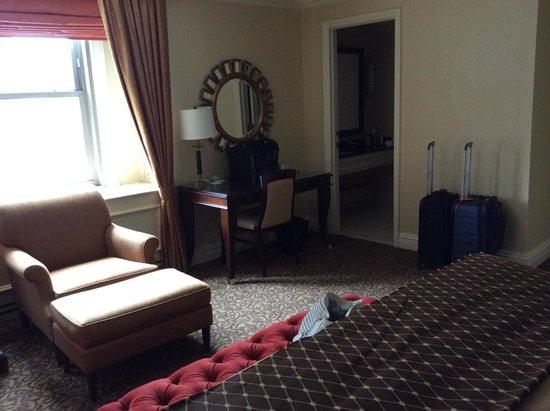 Omni William Penn Hotel: Desk close to bathroom (watch sharp corner)