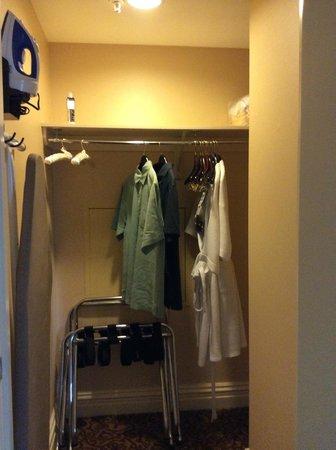Omni William Penn Hotel: Closet