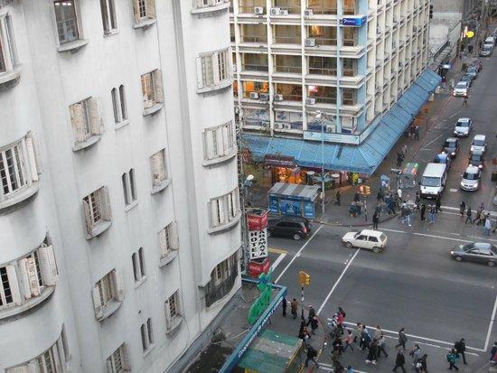 Continental Hotel Montevideo: La em baixo a avenida