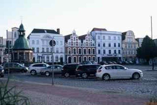 Steigenberger Hotel Stadt Hamburg: Square outside, easy parking
