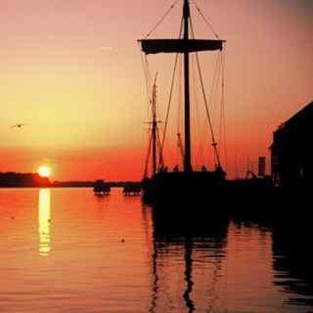 Steigenberger Hotel Stadt Hamburg: Sunset at the Hansa harbour
