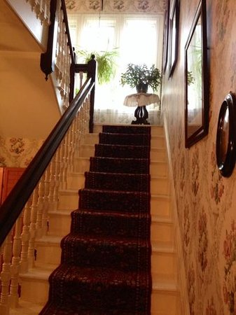 Coach House Inn: lovely staircase