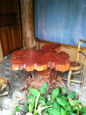 Monteverde Rustic Lodge: tables in front of rooms