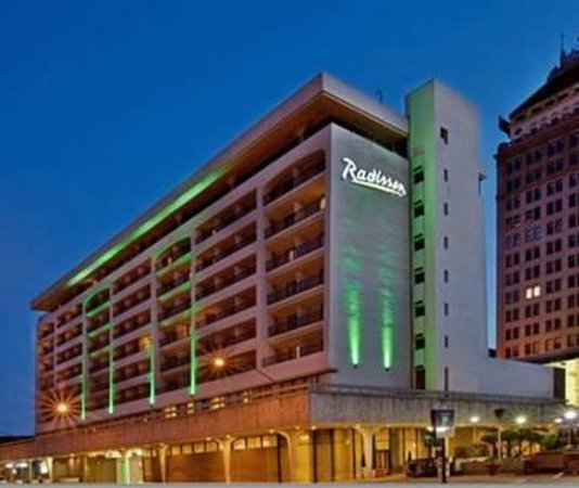 Radisson Hotel Fresno Conference Center Exterior In Night Lights