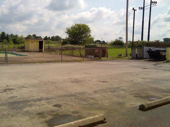 LK Motel/Budget Inn : Dumpster/pool area
