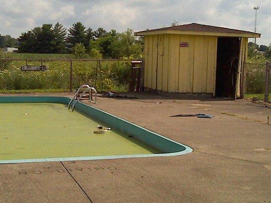 LK Motel/Budget Inn : Algea pool