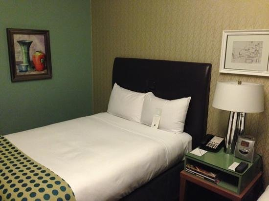 Galleria Park Hotel: Small but firm and comfy bed