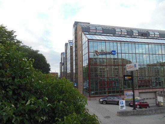Radisson Blu Royal Garden Hotel, Trondheim : Hotel exterior; path under street front left