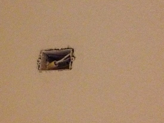 Quality Inn & Suites: Open Electrical Outlet
