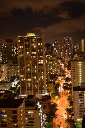 Hilton Waikiki Beach: Waikiki @ night from 29th floor looking NW toward Kuhio Ave.