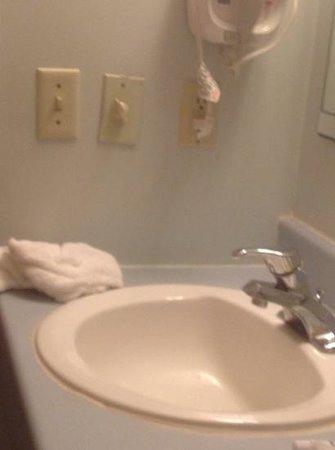 Days Inn Grand Island: broken sink