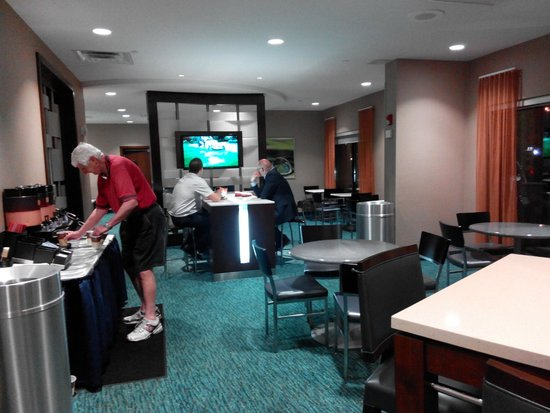 SpringHill Suites Newark Liberty International Airport : Breakfast area