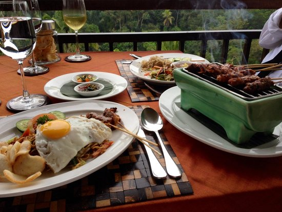 Komaneka at Tanggayuda: Déjeuner au resto de l'hôtel (mie Goreng & Sate)
