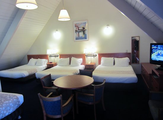Newport Channel Inn: Three Queen Beds and One Single Bed (sleeps up to 7)