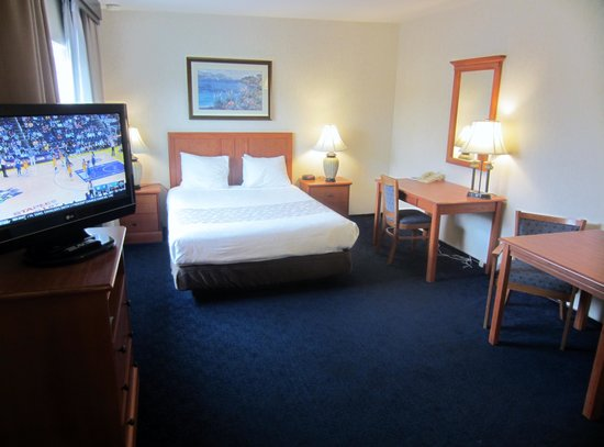 Newport Channel Inn: One Queen Bed
