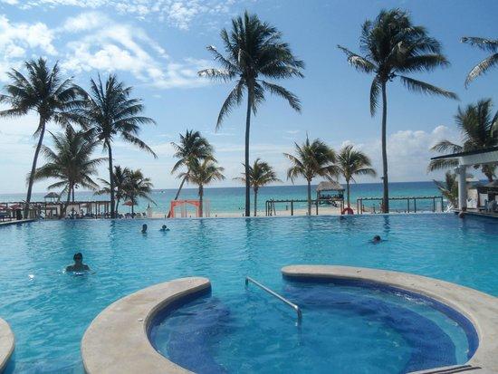 Azul Beach Resort The Fives Playa Del Carmen: View at the pool