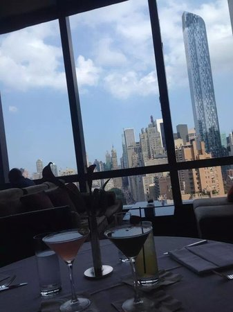 Lobby Lounge: drinks with a view.