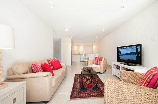 Bayview Beachfront Apartments: 2 bedroom standard living area