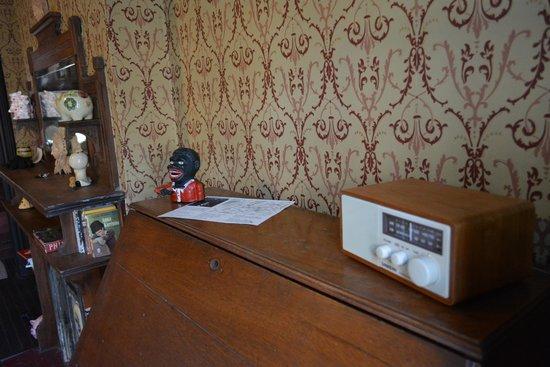 The Harlem Flophouse: Decoração pitoresca e detalhe para o rádio.
