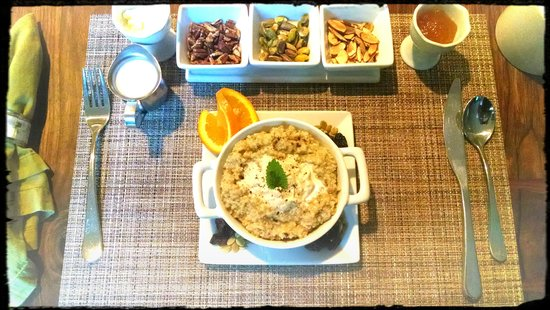 Makanda Inn & Cottages: delicious nutty oatmeal with hand whipped vanilla saffron cream...