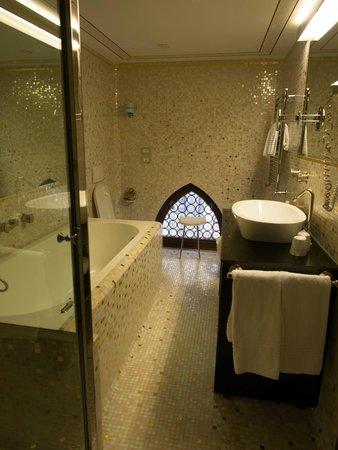 Hotel Palazzo Stern: bathroom long shot