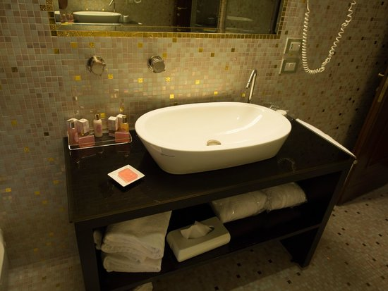 Hotel Palazzo Stern: bathroom vanity
