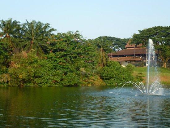 The Saujana Kuala Lumpur: Small lake in front of Hotel garden