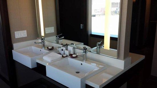 Vdara Hotel & Spa: Bathroom vanity