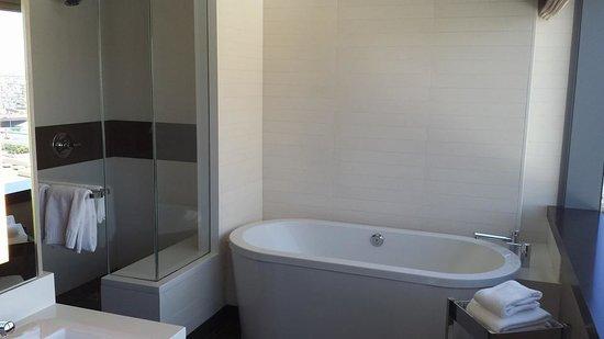 Vdara Hotel & Spa : Tub & Shower