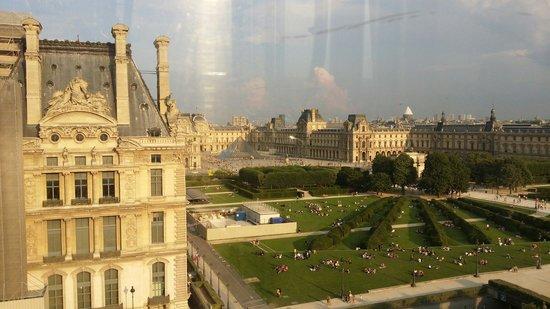 Musee du Louvre: 夕阳下卢浮宫在金色的余晖下显得如此神秘