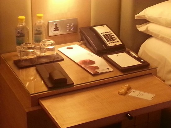 JW Marriott Hotel New Delhi Aerocity: Desk in Room