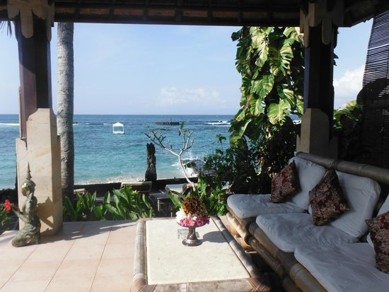 Anom Beach Inn Bungalows: Seating area overlooking the ocean