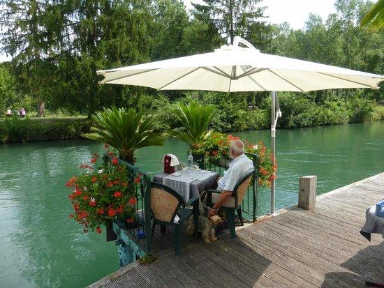 Auberge de Savieres: Avancée de la terrasse sur le canal de Savières