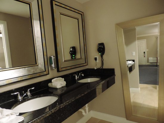 Ramada Miami Springs/Miami International Airport: large double sinks outside of bath