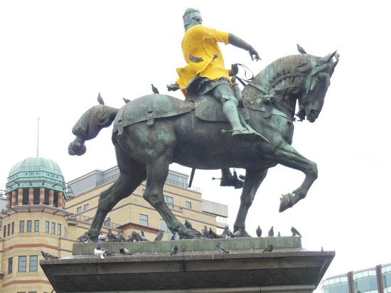 The Met Hotel Leeds : 駅前広場騎馬像のイベント向けデコレーション