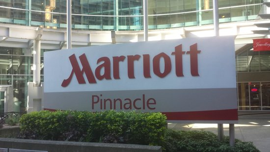 Vancouver Marriott Pinnacle Downtown Hotel: Sinage out Front